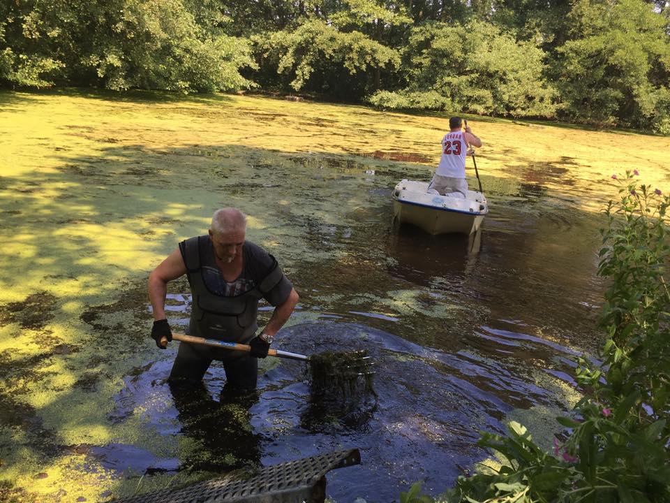 Teichreinigung der anstrengenden art angelfreunde for Teich reinigen